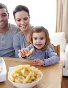 Mädchen isst Pommes